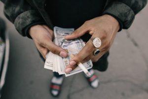 hacer trabajar al dinero